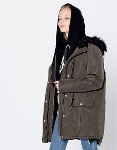 Pull&Bear - kadın - giyim - kabanlar ve ceketler - suni kürk kapüşonlu naylon parka - koyu haki - 09710321-I2016