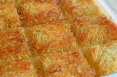 Kadaif  Sastojci: - 500 g sirovog kadaifa - 200 g maslaca - 100 g oraha u jezgru i grozdice - 500 g šećera (za agdu, sa 1 litrom vode) - vanilin šećer - lim