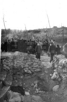 """MADRID, 1 ABRIL DE 1939.- EL PÚBLICO MADRILEÑO RECORRE LAS FORTIFICACIONES REPUBLICANAS DEL PARQUE DEL OESTE. EN PRIMER TÉRMINO, PARAPETOS CONSTRUIDOS EN TORNO AL MONUMENTO A LOS """"HEROES DE LAS GUERRA COLONIALES"""".- EFE."""