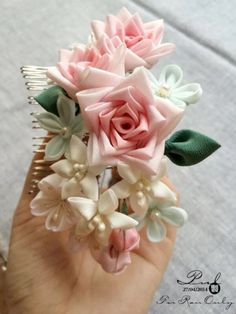 aa a a Kanzashi Tutorial, Flower Tutorial, Ribbon Art, Diy Ribbon, Cloth Flowers, Fabric Flowers, Kanzashi Flowers, Crafts Beautiful, Hair Decorations