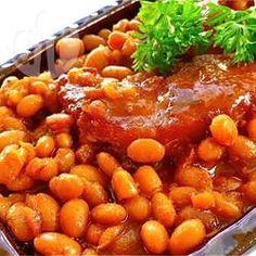 Baked Beans -  Baked Beans kann man selbst im Ofen machen. Für das Einweichen der Bohnen und das Garen muss man entsprechend Zeit einrechnen, aber die Zubereitung selbst ist wenig Aufwand.@ de.allrecipes.com