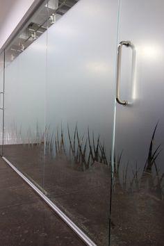 vinilo ácido de diseño para cristalera de oficina. consigue dar privacidad. Presupuestos sin compromiso en www.objetivo3-0.com