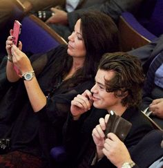 The tables were turned on Harry Styles this week as he took a turn being proud spectator as he cheered on his sister at her graduation.The One Direction star travelled up to Sheffield Hallam Universit. Harry Styles Mum, Gemma Styles, One Direction Harry Styles, Harry Styles Pictures, Harry Edward Styles, Direction Quotes, Star Wars, Mr Style, Treat People With Kindness