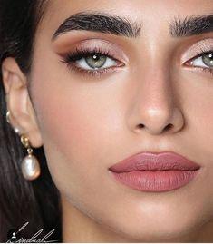 gold eyeliner smoky eyes, bold lipstick and nail art. Beautiful, natural make-up, make-up idea . Glam Makeup, Makeup Inspo, Makeup Inspiration, Makeup Ideas, Makeup Tips, Party Makeup, Rose Gold Makeup, Sleek Makeup, Makeup Designs