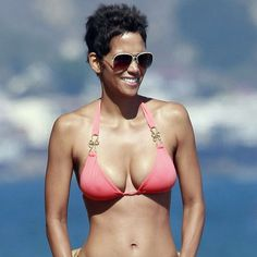 Doable at home - 48 Never Looked So Good: Halle Berry& Birthday Bikini Workout Halle Berry Sexy, Estilo Halle Berry, Halle Berry Bikini, Bikini Fitness, Bikini Workout, Hot Bikini, Bikini Girls, Pink Bikini, Pink Bra