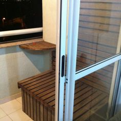 Banco/baú, mesa, treliça para vasos feitos a partir de cadeiras recolhidas do lixo... Lixo?