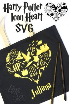 Bag cricut Harry Potter Icons Tote Bag (SVG file) A SVG file featuring all the iconic images from Harry Potter books and movies in the shape of a heart. She used it on a tote bag, but it could be also be split up and used for countless things! Cadeau Harry Potter, Harry Potter Bricolage, Harry Potter Bag, Harry Potter Free, Anniversaire Harry Potter, Harry Potter Icons, Harry Potter Shirts, Harry Potter Birthday, Cricut Craft Room