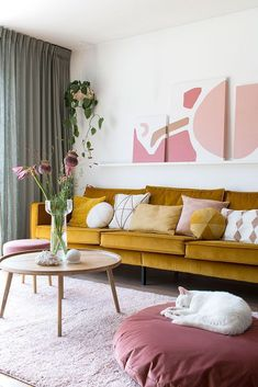 Musthave: It starts with pink - Enter My Attic MY ATTIC / interieur musthave / woonkamer / yellow sofa / velvet / pink / roze Fotografie: Marij Hessel MY ATTIC / interieur musthave / woonkamer / yellow sofa / velvet / pink / roze Fotografie: Marij Hessel Living Room Sofa, Living Room Decor, Living Room Yellow, Pink Living Rooms, Living Room Warm Colors, Living Room Vintage, Blush Pink Living Room, Mustard Living Rooms, Romantic Living Room