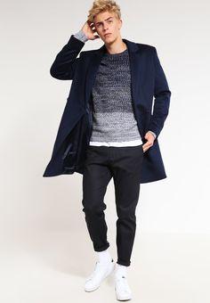 ¡Consigue este tipo de jersey de punto de Kiomi ahora! Haz clic para ver los detalles. Envíos gratis a toda España. KIOMI Jersey de punto mottled blue: KIOMI Jersey de punto mottled blue Ropa   Material exterior: 85% poliacrílico, 15% lana   Ropa ¡Haz tu pedido y disfruta de gastos de enví-o gratuitos! (jersey de punto, knitted, cotton, knit, knits, stitch, cashmere, knitwear, pullover, pullover hombre, lana, trenzados, strickpullover, jersey tejido, jersey au tricot, jersey lavorat...
