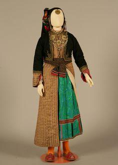 Γυναικεία φορεσιά. Έλυμπος Καρπάθου, Δωδεκάνησα. Αρχές 20ού αιώνα. Συλλογή Πελοποννησιακού Λαογραφικού Ιδρύματος, Ναύπλιο. Women's costume. Elymbos, Karpathos, Dodecanese. Early 20th century. Peloponnesian Folklore Foundation Collection, Nafplion