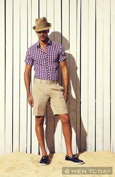 Một kiểu mix đồ cực nam tính với quần short, áo sơ mi kẻ cùng giày loafer và phụ kiện đi kèm là chiếc mũ fedora