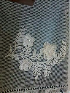 This Pin was discovered by Neş Needle Lace, Needle And Thread, Point Lace, Filets, Lace Making, Cutwork, Crochet Designs, Diy Flowers, Crochet Lace