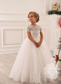 Prachtige, exclusieve volle bal jurk gemaakt van fijne kwaliteit stoffen en afgewerkt met luxe details. De jurk is zeer geschikt voor speciale gelegenheden zoals een bruiloft of communie. Dit artikel wordt op speciaal aanvraag op maat besteld. Levertijd is ongeveer 4 weken. Scroll naar beneden voor meer informatie.