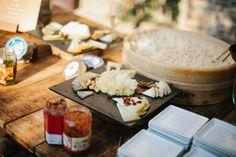 Decoración de buffet de quesos. Boda en el campo organizada por Detallerie. Cheese buffet' decoration. Outdoors wedding by Detallerie.