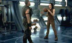 Ron Perlman y Sigourney Weaver como Ellen Ripley (clon) en Alien: Resurrección, la cuarta película de la serie Alien