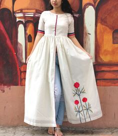 This white chanderi cape looks just as elegant as the embroidered flowers on it's side panel. The flowers embroidered in resham threads contrast the colour white and make the overall outfit a perfect beauty to add up to your wardrobe. Kurta Designs Women, Kurti Neck Designs, Kurti Designs Party Wear, Indian Designer Outfits, Indian Outfits, Designer Dresses, Designer Kurtis, Frock Fashion, Indian Gowns Dresses