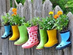 10 DIY Garden Ideas This is a cute way to reuse rain boots. It would be real special if you found the boots in a yard sale. The post 10 DIY Garden Ideas appeared first on Garten. Diy Planters, Garden Planters, Planter Ideas, Hanging Planters, Diy Hanging, Recycled Planters, Hanging Baskets, Balcony Garden, Outdoor Planters