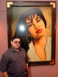 Abraham Quintanilla, el padre de la fallecida cantante Selena, posa frente a una pintura que le rega... - The Associated Press