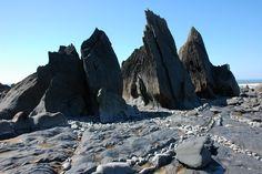 Rocks_on_Warren_Gutter_Beach_-_geograph.org.uk_-_414672.jpg 640×426 pixels