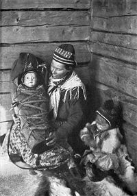 Sami mother with er child in Sweden year 1917. Foto Borg Mesch.