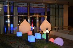 Ambientacion Entrada Le Park con Inflables Lotus Lumínicos Cubos y Esferas..
