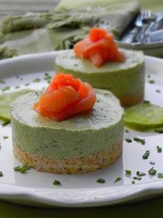 Salé - Cheesecakes à l'avocat et au saumon. Ingrédients : 100 g de biscuits salés ( Tucs, Crackers…)-6o g de beurre fondu–4 avocats moyens bien mûrs-200 g de Philadelphia à température ambiante-2 c à s de crème fraîche-1 cive (ou de la ciboulette)-jus de 1/2 citron vert–sel, poivre-6 petites tranches de saumon. Recette sur le site.