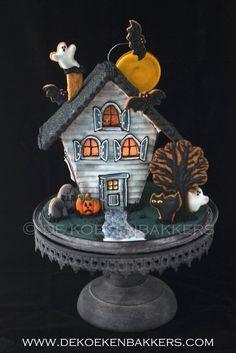 Halloween Gingerbread House, Bolo Halloween, Postres Halloween, Dessert Halloween, Casa Halloween, Halloween Cookie Cutters, Halloween Cookies, Halloween Treats, Gingerbread Houses