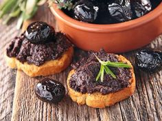 We show you how to make tapenade yourself. Only a handful of ingredients are required to produce the Appetizers For Kids, Appetizer Recipes, Snack Recipes, Dessert Recipes, Tapas, Easy Healthy Recipes, Healthy Snacks, Organic Recipes, Clean Eating Snacks