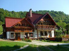 Фасад шале с деревянным декором