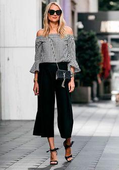Aposte na calça culotte com uma blusa ombro a ombro de vichy e sandálias.