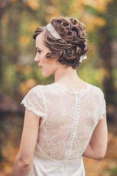 Amazing and Fabulous Curly Bob Cut - Short Hair Cuts and Styles In this article, we present some of the latest short bridal hairstyles to guide you in choosing the one hairstyle you would love to wear during your special wedding day. Vintage Hairstyles, Wedding Hairstyles, Short Bridal Hair, 1920s Hair Short, Wedding Hair And Makeup, Hair Wedding, Wedding Dress, Wedding Bangs, Bride Makeup