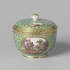 Manufactuur Oud-Loosdrecht | Tea service for two people (tête-à-tête), Manufactuur Oud-Loosdrecht, c. 1782 - c. 1784 | Suikerpot van porselein. De suikerpot is versierd met een goud gestipte groene fond, die aan de rand is afgesloten met een kettingmotief in goud met gouden stippen. In deze fond is steeds een ovaal uitgespaard met Hollanders o.a. met een kijkkast aan de oever van een rivier met boerderij. Op de deksel landschapjes met één of twee figuren. Gouden biezen langs de randen. Een…