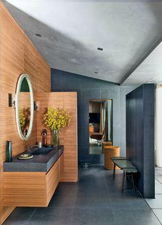 O banheiro de John Legend, em Los Angeles, foi decorado por Don Stewart e chama a atenção pela combinação da madeira com a pedra preta, a mesma usada de forma rústica no charmoso banco do espaço #decor #banheiro