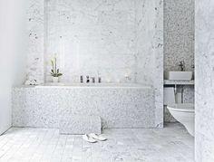 Marmorin juovikas pinta korostuu näyttävästi selkeän ylellisessä, ajattoman tyylikkäässä kylpyhuonetilassa. Klikkaa kuvaa, niin näet tarkemmat tiedot!