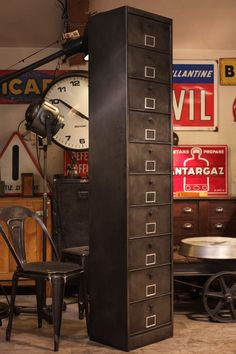 Meuble de métier industriel ancien en métal brut
