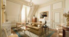 Vastes et lumineuses, les Suites Deluxe représentent la quintessence du luxe français. Dignes des plus beaux hôtels particuliers parisiens, la décoration de leurs chambres et salons est d'une rare sophistication et chaque pièce bénéficie d'une entrée séparée. Un soin spécifique a été apporté à leurs grands dressings et aux salles de bains en marbre de Carrare.