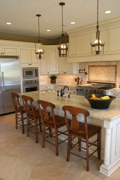 A lovely contemporary kitchen with a spacious eat-in kitchen island complete with a large farmhouse sink.