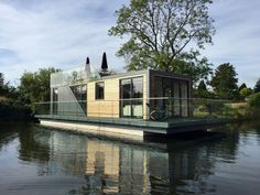 Prefab houseboat gives water babies a taste of landlubber luxury Pontoon Houseboat, Houseboat Living, Houseboat Ideas, Floating Architecture, Sustainable Architecture, Residential Architecture, Contemporary Architecture, Floating House, Tiny House Movement
