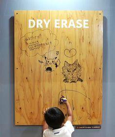 木の板なのに書いて消せるホワイトボードをつくるDIYレシピです。 木目がきれいに出るのでインテリアにもなじみます。お子さまのお絵かきスペースづくりにいかがでしょうか?