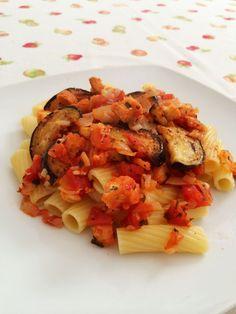 Fettucine con berenjena y salsa de tomate picante