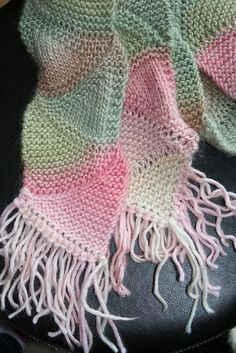 Free Pattern: Wedgie Scarf  yarn is : Patons Soy