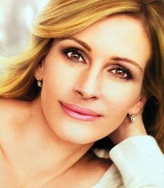 Julia Roberts | http://www.dailymail.co.uk/tvshowbiz/article-1313333/Julia-Roberts-sitting-pretty--32million-make-deal.html