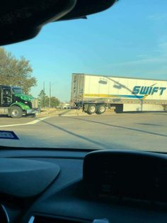 16 Swift Trucking Fails From People Having Substantially Worse Days Than You Big Rig Trucks, Semi Trucks, Moving Right Along, Trucker Quotes, Truck Memes, Bad Drivers, Bad Day, Funny Fails, Swift