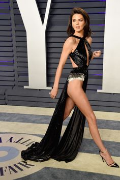 We need to talk about Kendall Jenner's eye watering Vanity Fair Oscar party dress Kendall Jenner Snapchat, Sexy Dresses, Oscar Dresses, Vestido Kendall Jenner, Kendall Jenner Bikini, Pernas Sexy, Vestidos Sexy, See Through Dress, Jenner Sisters