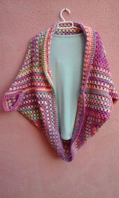 Hola a todos, hoy os traigo este video tutorial con patrones para hacer una muy fácil y sencilla chaqueta de crochet . Es una chaqueta fácil y rápida de hacer; una chaqueta muy apañada para tener a… Crochet Bolero, Crochet Coat, Crochet Cardigan, Crochet Granny, Crochet Motif, Crochet Yarn, Crochet Cocoon, Diy Vetement, Threading