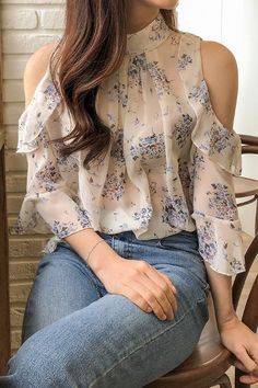 Classy Outfits, Trendy Outfits, Iranian Women Fashion, Womens Fashion, Look Legging, Korean Blouse, Korean Fashion Online, Crop Top Outfits, Blouse Designs