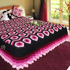 I wanna know how they got perfect corners for the bed and a crochet ruffle. Crochet Bedspread Pattern, Crochet Quilt, Crochet Tablecloth, Crochet Blanket Patterns, Crochet Home, Crochet Motif, Crochet Yarn, Crochet Ruffle, Crochet Afghans