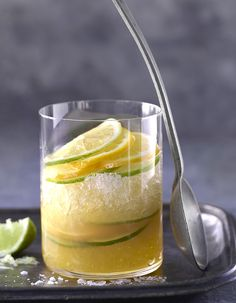 How to make a whiskey smash, the oh so hot cocktail right now Ti Punch, Whiskey Smash, Beverages, Drinks, Punch Bowls, Lemonade, Cocktails, Cooking, Ethnic Recipes