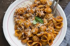 This easy One-Pan Saucy Pasta Shells recipe is perfect for busy weeknights. And since all the ingredients are cooked in one pan, cleanup is a snap. Kraft Recipes, Pasta Recipes, Beef Recipes, Yummy Recipes, Stuffed Shells Recipe, Stuffed Pasta Shells, Pasta Dishes, Food Dishes, Bolognese Pasta Bake