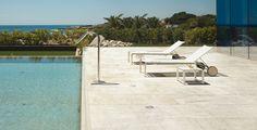Ihr naturgetreues Look-and-feel macht Pistoia zum idealen Belag für den Außenbereich. Auf Terrassen, Gartenwegen und rund um den Pool kann die 120 cm lange Bodenfliese ihre Wirkung optimal zur Geltung bringen: Die sandweiße Oberfläche reflektiert das Sonnenlicht strahlend und hell.